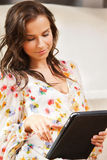 Mujer con PC de la tableta Fotografía de archivo