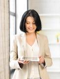 Mujer con PC de la tableta Imágenes de archivo libres de regalías