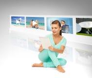 Mujer con PC de la tableta y las pantallas virtuales Fotos de archivo libres de regalías