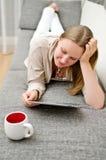 Mujer con PC de la tablilla Foto de archivo libre de regalías