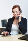 Mujer con PC de la tablilla en oficina Fotos de archivo