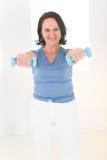 Mujer con pesa de gimnasia Imágenes de archivo libres de regalías