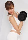 Mujer con pesa de gimnasia grande Fotografía de archivo