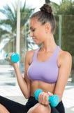 Mujer con pesas de gimnasia Imágenes de archivo libres de regalías