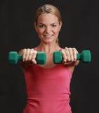 Mujer con pesas de gimnasia Imagen de archivo