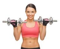 Mujer con pesas de gimnasia Foto de archivo