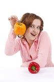Mujer con pimientas dulces. fotos de archivo