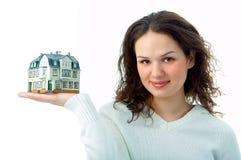 Mujer con poca casa en la mano Fotografía de archivo libre de regalías