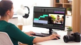 Mujer con programa de editor de vídeo sobre el ordenador almacen de metraje de vídeo