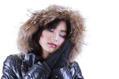 Mujer con ropa acogedora del invierno Imagen de archivo libre de regalías