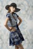 Mujer con ropa impresa azul fotografía de archivo