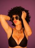 Mujer con ropa interior que desgasta afro Imagenes de archivo