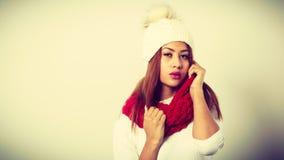 Mujer con ropa roja del invierno Imagenes de archivo