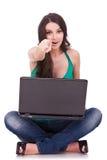 Mujer con señalar de la computadora portátil Fotos de archivo