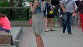 Mujer con smartphone metrajes