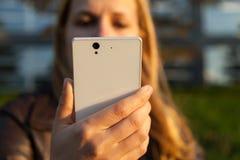 Mujer con smartphone Fotografía de archivo