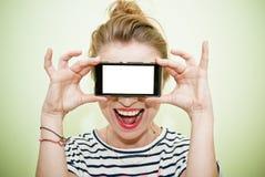 Mujer con smartphone Fotos de archivo libres de regalías