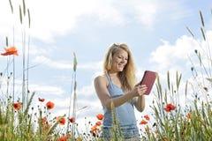 Mujer con smartphone Fotografía de archivo libre de regalías
