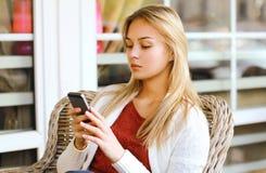 Mujer con smartphone al aire libre en ciudad Imagen de archivo libre de regalías