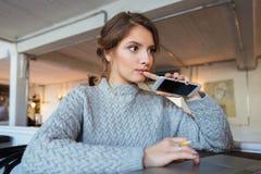 Mujer con smartphone en restaurante Fotos de archivo