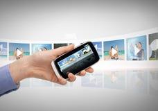 Mujer con smartphone y las pantallas virtuales Imágenes de archivo libres de regalías