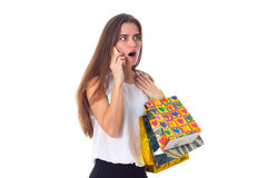 Mujer con smartphone y los panieres Fotos de archivo