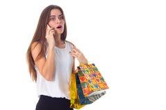 Mujer con smartphone y los panieres Fotografía de archivo