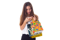 Mujer con smartphone y los panieres Imagen de archivo