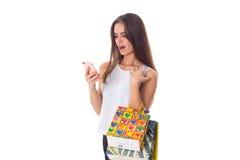 Mujer con smartphone y los panieres Imagenes de archivo