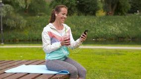 Mujer con smartphone y sacudida que escucha la música almacen de metraje de vídeo