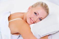 Mujer con sonrisa encantadora después de dormir Fotos de archivo libres de regalías