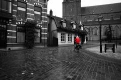 Mujer con su ciclo y capa roja Fotografía de archivo libre de regalías