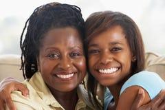 Mujer con su hija adolescente Imagenes de archivo