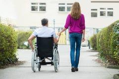 Mujer con su marido discapacitado foto de archivo libre de regalías