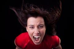 Mujer con su pelo en el viento, gritando en furia Imagenes de archivo