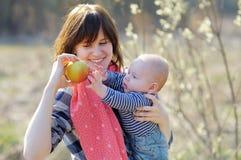 Mujer con su pequeño bebé Imagen de archivo libre de regalías