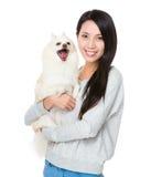 Mujer con su perrito feliz Foto de archivo libre de regalías