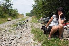 Mujer con su reclinación del perro del ‹del †del ‹del †foto de archivo libre de regalías
