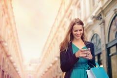Mujer con su teléfono imagen de archivo libre de regalías