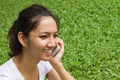 Mujer con su teléfono móvil Fotografía de archivo