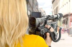 Mujer con su videocámara profesional en la calle Imagen de archivo