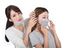 Mujer con sus amigos con la máscara fotografía de archivo libre de regalías