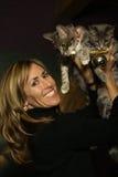 Mujer con sus gatitos Imagenes de archivo