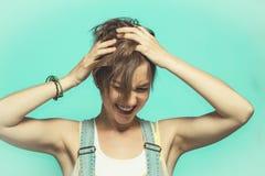 Mujer con sus manos en su cabeza, agarrando su pelo fotos de archivo libres de regalías