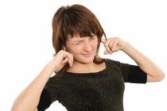 Mujer con sus manos que cubren sus oídos fotografía de archivo libre de regalías