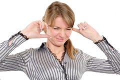 Mujer con sus manos que cubren sus oídos imagenes de archivo