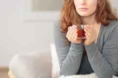 Mujer con té caliente del limón foto de archivo libre de regalías