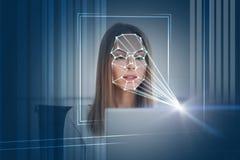 Mujer con tecnología del reconocimiento de cara del ordenador portátil foto de archivo