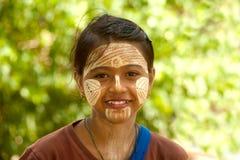 Mujer con thanaka en su cara en Myanmar Foto de archivo