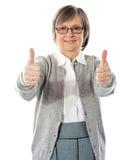 Mujer con thumbs-up doble Imagen de archivo libre de regalías